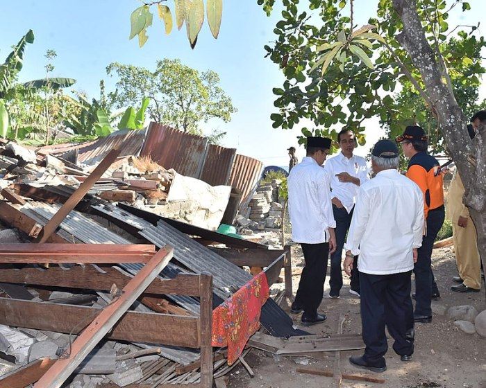 800px-Joko_Widodo_Lombok_Earthquake_damage