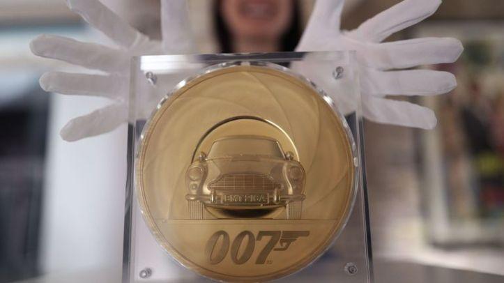 skynews-james-bond-coin-royal-mint_4936488